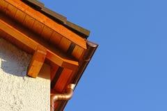 Nowy dachu wierzchołka szczegół z ceramicznymi płytkami i groszak wodną rynną Obraz Stock