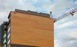 Nowy dom budujący z basztowym żurawiem Fotografia Stock