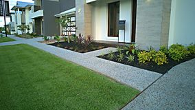 Nowy dom Kształtuje teren przód ścieżkę i ogród obrazy stock