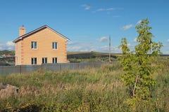 Nowy dom na wsi i nierozwinięta ziemia Obraz Stock