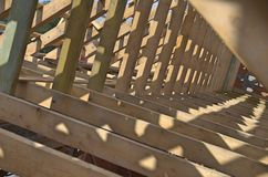 Nowy dom obecnie drewniany i w budowie rof zdjęcie royalty free