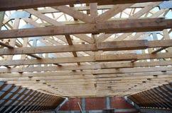 Nowy dom obecnie drewniany i w budowie rof fotografia stock