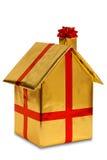 Nowy dom zawijający w złota papierze z faborkiem i łękiem fotografia stock