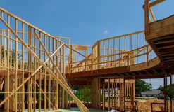 Nowy drewniany ekologiczny dom od naturalnych materiałów w budowie ramy przeciw jasnemu niebu z wewnątrz obrazy royalty free