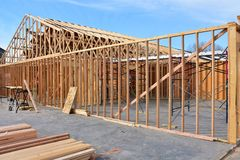 Nowy drewno ramy dom w budowie fotografia stock