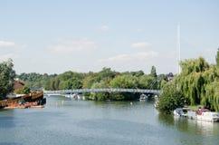 Nowy Footbridge nad Rzecznym Thames przy czytaniem Obrazy Royalty Free