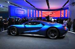 Nowy Ford GT przy jezierzami zdjęcia stock
