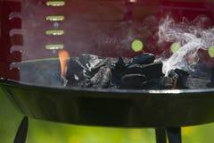 Nowy grill przygotowywający używać w ogródzie Zdjęcie Stock