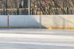 Nowy hokeja na lodzie lodowisko właśnie nalewa outdoors f obrazy stock