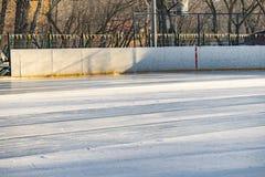 Nowy hokeja na lodzie lodowisko właśnie nalewa outdoors f obraz stock