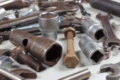 Nowy i ośniedziały metalu narzędzie części dla naprawiać maszyny zbliżenie i Obrazy Royalty Free