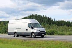 Nowy Iveco Dzienny Van na drodze w lecie zdjęcie royalty free