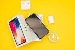 Nowy Jabłczany Iphone X statku flagowego smartphone umieszczający na bielu stole Obraz Royalty Free