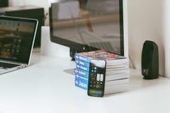 Nowy Jabłczany Iphone X statku flagowego smartphone umieszczający na bielu stole Obrazy Royalty Free