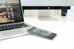 Nowy Jabłczany Iphone X statku flagowego smartphone umieszczający na bielu stole Zdjęcia Stock