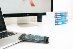 Nowy Jabłczany Iphone X statku flagowego smartphone umieszczający na bielu stole Zdjęcia Royalty Free