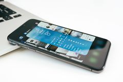Nowy Jabłczany Iphone X statku flagowego smartphone umieszczający na bielu stole Obraz Stock