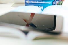 Nowy Jabłczany Iphone X statku flagowego smartphone umieszczający na podróży książce Zdjęcie Stock