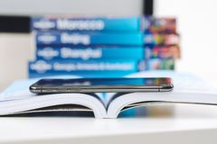 Nowy Jabłczany Iphone X statku flagowego smartphone umieszczający na podróży książce Zdjęcia Stock