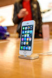 Nowy Jabłczany iPhone SE smartphone wodowanie Fotografia Stock
