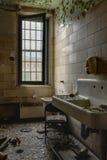 Nowy Jork łazienka z zlew Zaniechany szpital, Sanitarium -/- obrazy royalty free