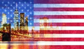 Nowy Jork City&-x27; s most brooklyński i Manhattan linia horyzontu iluminująca flaga amerykańska obraz royalty free