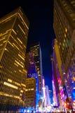 Nowy Jork drapaczy chmur widok Oddolny w nocy zdjęcia stock