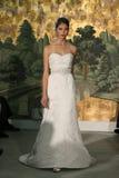 NOWY JORK, KWIECIEŃ - 21: Model chodzi pas startowego dla Anne barki bridal przedstawienia Zdjęcia Stock