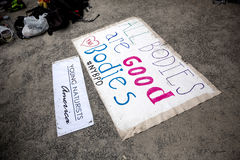 NOWY JORK, LIPIEC - 26: Podpisuje Wszystkie bodies jest dobry przy Miasto Nowy Jork ulicami podczas pierwszy oficjalnego ciało ob Zdjęcia Stock