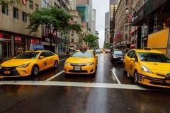 NOWY JORK, LIPIEC - 2017: Taxi samochody w times square, ruchliwie turystycznym skrzyżowaniu handel reklamy i sławnej ulicie Nowy Zdjęcie Stock