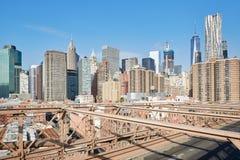 Nowy Jork miasta budynków widok od mosta brooklyńskiego, niebieskie niebo Obrazy Stock