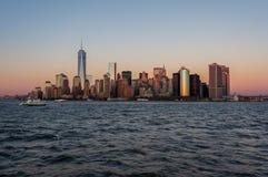 Nowy Jork miasta linii horyzontu zmierzchu widok od łodzi Ellis wyspa fotografia royalty free