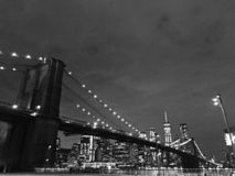 Nowy Jork miasta mostu brooklyńskiego Czarny I Biały nightlight zdjęcia stock