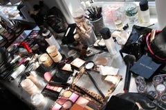 NOWY JORK, NY - Czerwiec 16: Makeup zestaw na stole zakulisowym Zdjęcie Royalty Free
