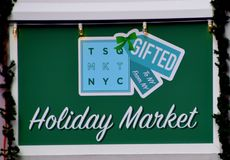 Nowy Jork, NY - Grudzień 2, 2017 To jest znak dla wakacje rynku lokalizować w times square Manhattan, Nowy Jork zdjęcie stock
