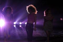 NOWY JORK, NY - LISTOPAD 13: Muzycznego zespołu Neonowa dżungla wykonuje na pasie startowym przy 2013 Victoria's Secret pokazem mo Fotografia Stock