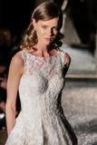 NOWY JORK, NY - PAŹDZIERNIK 09: Model chodzi pas startowego jest ubranym Oleg Cassini spadku 2015 Bridal kolekcję Obrazy Stock
