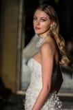 NOWY JORK, NY - PAŹDZIERNIK 09: Model chodzi pas startowego jest ubranym Oleg Cassini spadku 2015 Bridal kolekcję Zdjęcia Royalty Free