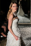 NOWY JORK, NY - PAŹDZIERNIK 09: Model chodzi pas startowego jest ubranym Oleg Cassini spadku 2015 Bridal kolekcję Fotografia Stock