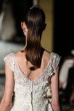 NOWY JORK, NY - PAŹDZIERNIK 09: Model chodzi pas startowego jest ubranym Oleg Cassini spadku 2015 Bridal kolekcję Fotografia Royalty Free