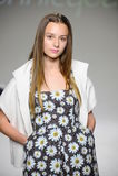 NOWY JORK, NY - PAŹDZIERNIK 19: Model chodzi pas startowego podczas Bonnie Młodej zapowiedzi przy petitePARADE dzieciaków mody ty Obraz Stock