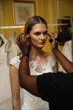 NOWY JORK, NY - PAŹDZIERNIK 09: Model dostaje przygotowywającą zakulisową jest ubranym Oleg Cassini spadku 2015 Bridal kolekcję Zdjęcie Royalty Free