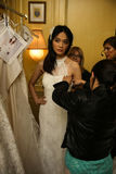 NOWY JORK, NY - PAŹDZIERNIK 09: Model dostaje przygotowywającą zakulisową jest ubranym Oleg Cassini spadku 2015 Bridal kolekcję Obrazy Royalty Free