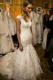 NOWY JORK, NY - PAŹDZIERNIK 09: Model dostaje przygotowywającą zakulisową jest ubranym Oleg Cassini spadku 2015 Bridal kolekcję Fotografia Royalty Free