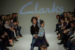 NOWY JORK, NY - PAŹDZIERNIK 19: Modele chodzą pas startowego podczas Clarks zapowiedzi Obraz Stock