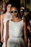 NOWY JORK, NY - PAŹDZIERNIK 09: Modele chodzą pasa startowego finał jest ubranym Oleg Cassini spadku 2015 Bridal kolekcję Obraz Royalty Free
