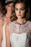 NOWY JORK, NY - PAŹDZIERNIK 09: Modele chodzą pasa startowego finał jest ubranym Oleg Cassini spadku 2015 Bridal kolekcję Obrazy Stock