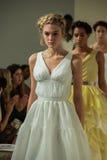 NOWY JORK, NY - PAŹDZIERNIK 09: Modele chodzą pasa startowego finał przy Della Giovanna pasa startowego Bridal przedstawieniem po Zdjęcie Stock