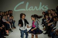 NOWY JORK, NY - PAŹDZIERNIK 19: Modele wykonują na pasie startowym podczas Clarks zapowiedzi Obraz Royalty Free
