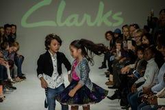 NOWY JORK, NY - PAŹDZIERNIK 19: Modele wykonują na pasie startowym podczas Clarks zapowiedzi Fotografia Royalty Free